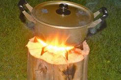 丸太ロケットコンロで湯を沸かします