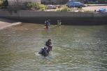 ダイバーの方々は海の中へ。