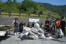 ダイバーの方々と集めたゴミの集合写真
