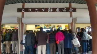 とれたて鮮魚活魚コーナーに並ぶ人々