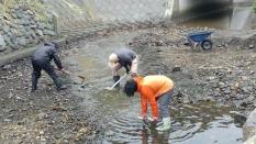 土砂をかき出し、水路が復活。