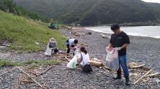 人工ゴミを中心に海岸清掃