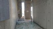 正面玄関の窓ガラスは粉砕
